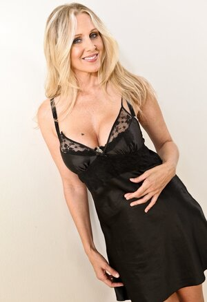 Cheerful blonde Eager mom with massive boobs prefers to date less seasoned males